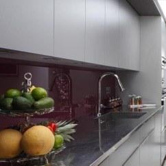 Kitchen Backsplash Design 36 Inch Cabinet 7个色彩缤纷的厨房 看起来很有吸引力 保驾护航装修网 据设计师francesco Bilotto介绍 这种戏剧性的紫色是需要注意的颜色 他说 你会看到从厨柜到门厅随处可见的这种音色 我们偏爱这个现代空间的戏剧性后挡板
