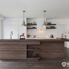 Kitchen Cabinets Update Ideas On A Budget Cabinet Doors Modern 现代厨房橱柜的想法为经典的外观 保驾护航装修网 木材将永远是一个备受追捧的厨柜材料 对于木制橱柜的新鲜更新 考虑有条纹的异国木材 条纹会为您的橱柜添加纹理和视觉趣味