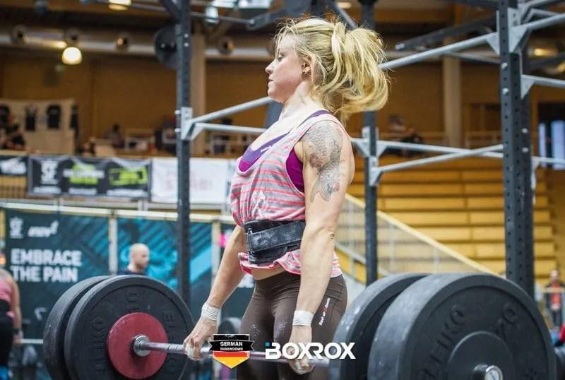 Deadlift female crossfit athlete