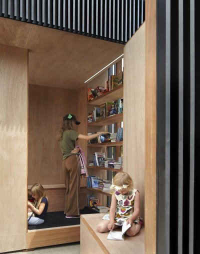 眼見所及盡是木質的椅子、書架和書籍 (圖/AKB)