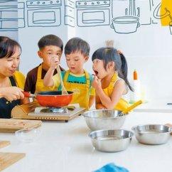 Kid Kitchens Gray Subway Tile Kitchen 別再阻止孩子進廚房 英國所有中小學生要會20道菜才能畢業 這告訴我們 讓小孩進廚房 在安全的情況下 也能幫助他們學習