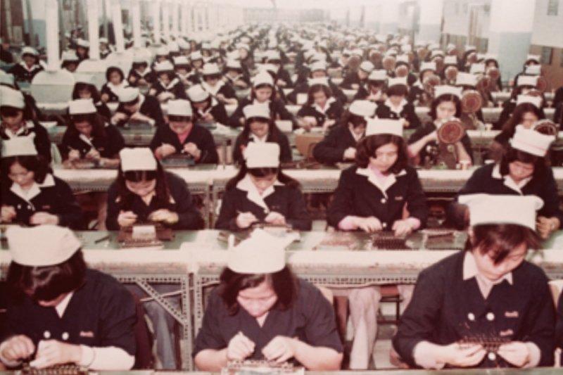 70年代經濟奇蹟。是因為企業家年輕時肯吃苦?他舉出血汗女工的事實。打臉慣老闆-風傳媒