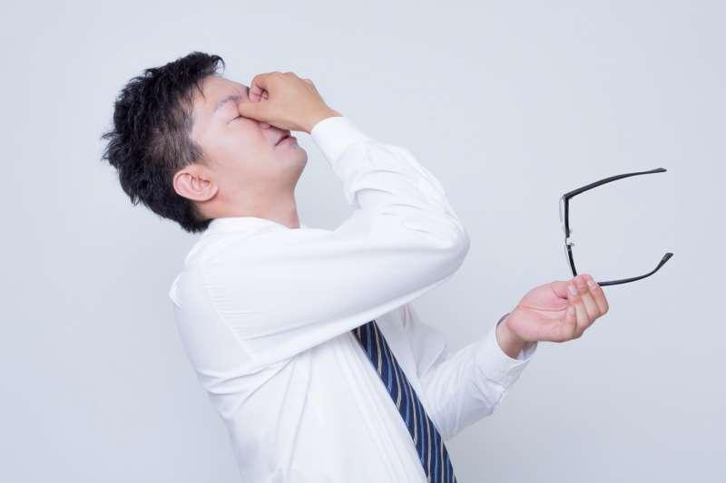眼睛乾澀、疲倦。按摩愈痛愈有效?毋湯!中醫師教你輕按4穴道。幫助緩解不適-風傳媒