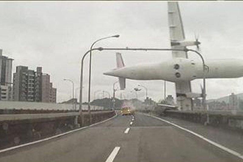 [快訊] 復興航空撞環東大道高架橋墜機-風傳媒