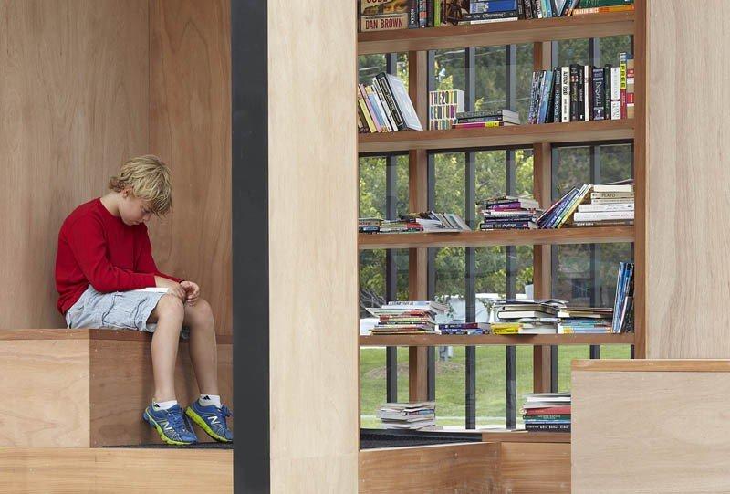 在迷你圖書館,任何人都能來免費借閱,互相交換彼此的書 (圖/AKB)