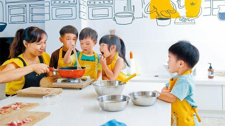 kid kitchens what kind of paint for kitchen cabinets 別再阻止孩子進廚房 英國所有中小學生要會20道菜才能畢業 這告訴我們 讓小孩進廚房 在安全的情況下 也能幫助他們學習