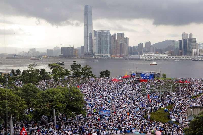 「不愛國你就麻煩了!」在反送中抗爭選邊站的香港藝人:你選「親中」,還是「港獨」-風傳媒