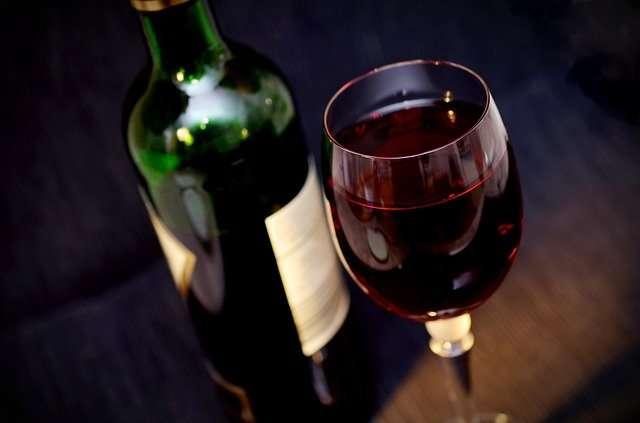 愛澤繪美里滴酒不沾,用炒熱氣氛贏得顧客喜愛。(圖/取自Pixabay@ congerdesign)