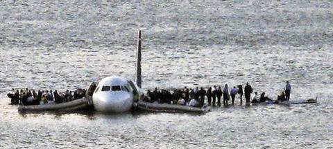 2009년 1월 뉴욕허드슨강에 불시착한 US에어웨이 1549편 승객들이 날개 위에서 구조를 기다리는 모습. 설렌버거 기장의 바르고 빠른 판단력이 승객과 승무원 155명을 구했다.