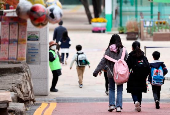 유치원, 1 ~ 2 학년, 매일 등교 … 케이터링 실 등 '격리 사각 지대'해소 방법은?