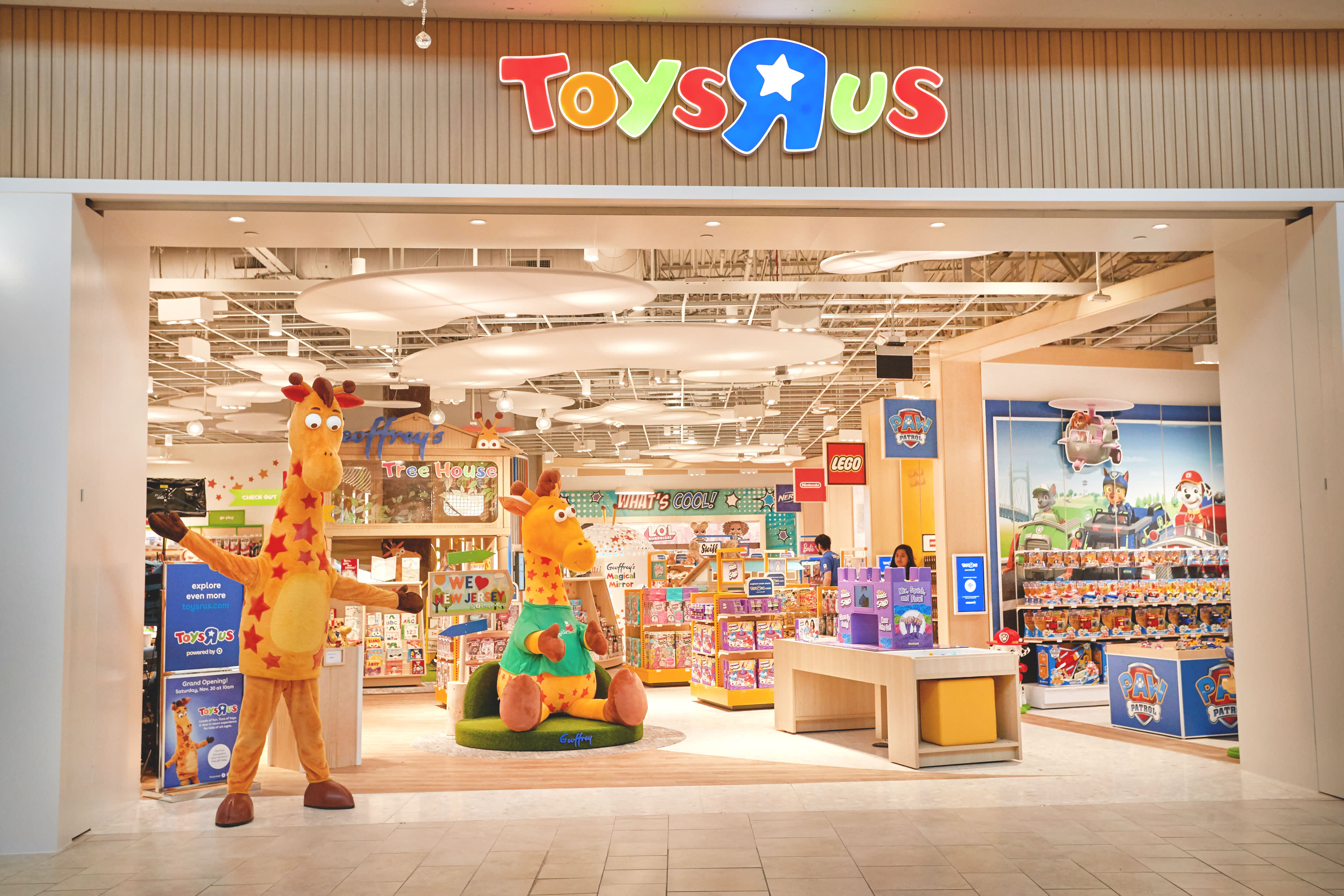 Toys R Us Is Back Here S A Look Inside Its First New Store
