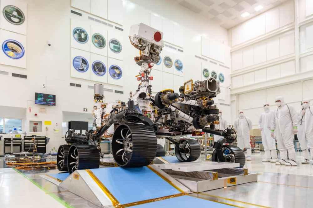 Mühendisler, NASA'nın Mars 2020 Perseverance gezgini için ilk sürüş testini 17 Aralık 2019'da NASA'nın Pasadena, Kaliforniya'daki Jet Propulsion Laboratuvarı'nda temiz bir odada gözlemliyor.