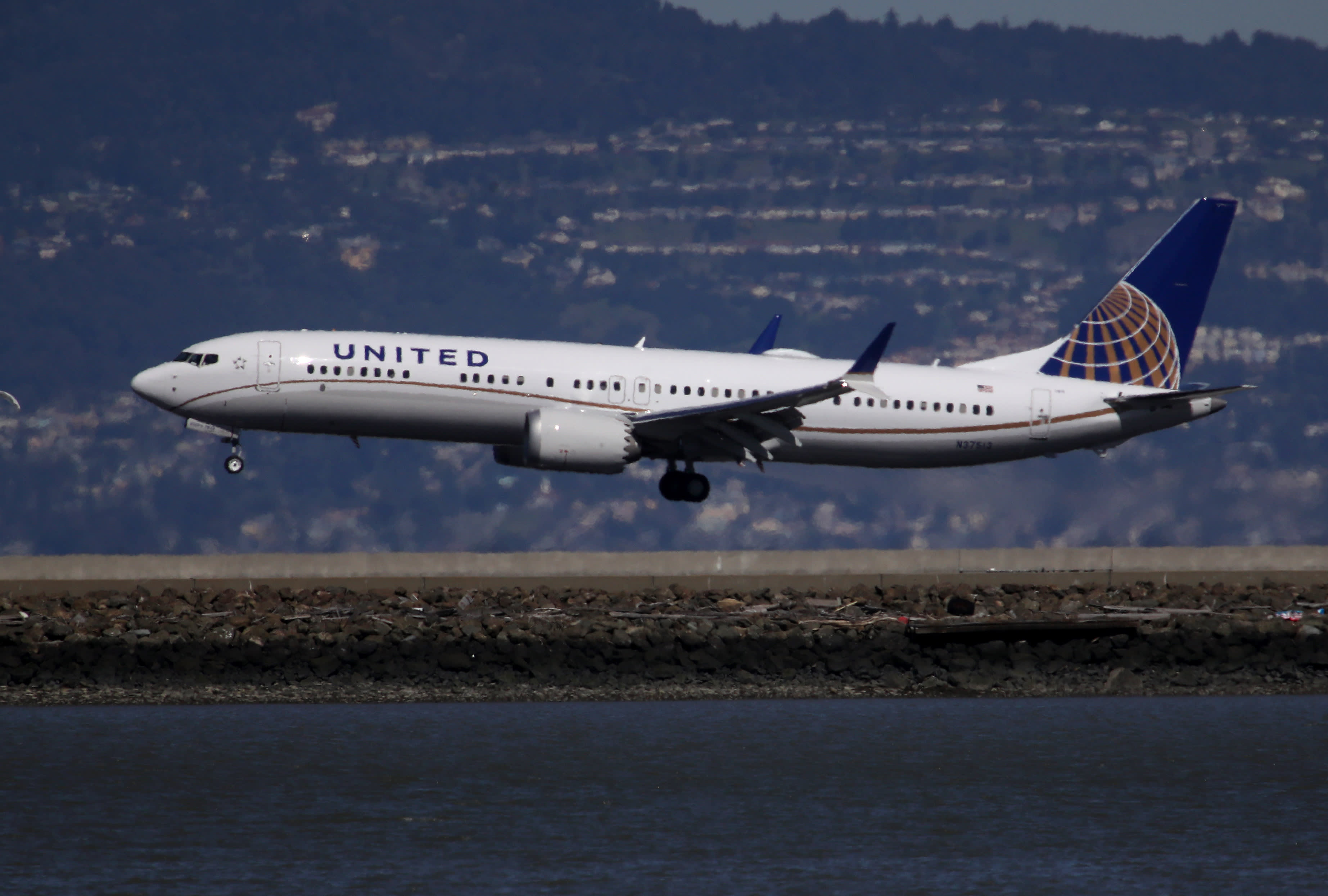 United Airlines reports fifth consecutive quarterly loss while travel demand starts to recover