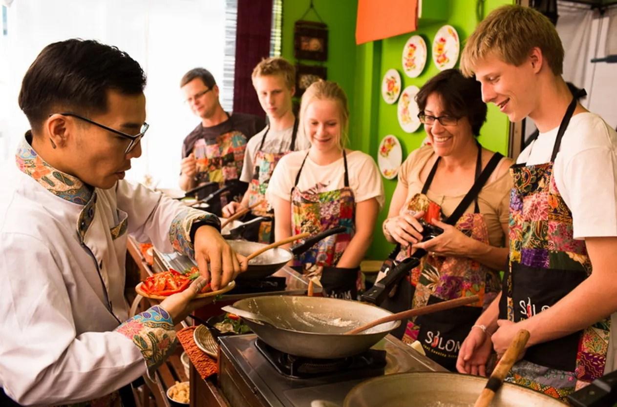 地元市場見学とシーロムタイ料理教室