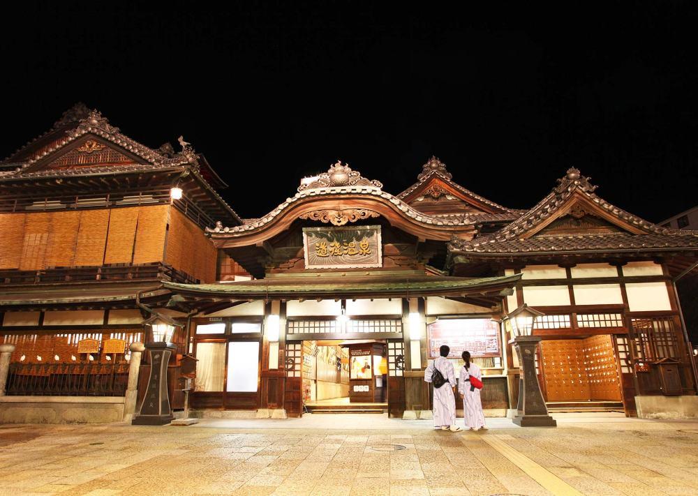 位於四國的秘境道後溫泉,據說3,000年前就已開池,有日本最古老溫泉之美名。
