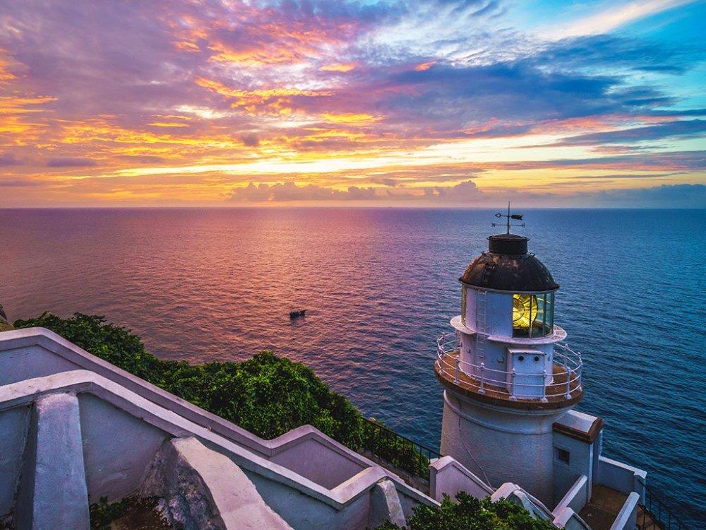 傍晚,東引燈塔亮起,與落日餘暉相互輝映,也守候著一方寧靜美景。