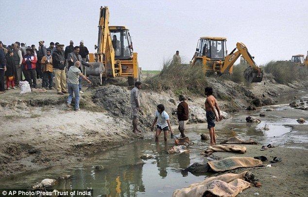24B109DB00000578-0-image-a-2_1421257133769.jpg (혐) 인도인들의 성수 겐지스 강 실태.jpg