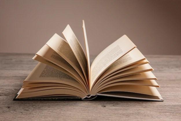 Composición De Libros Con Libro Abierto