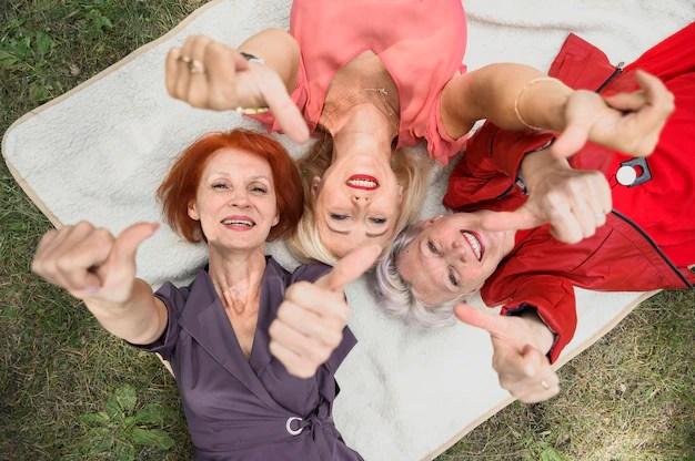 Hermosas mujeres mayores sonriendo Foto gratis