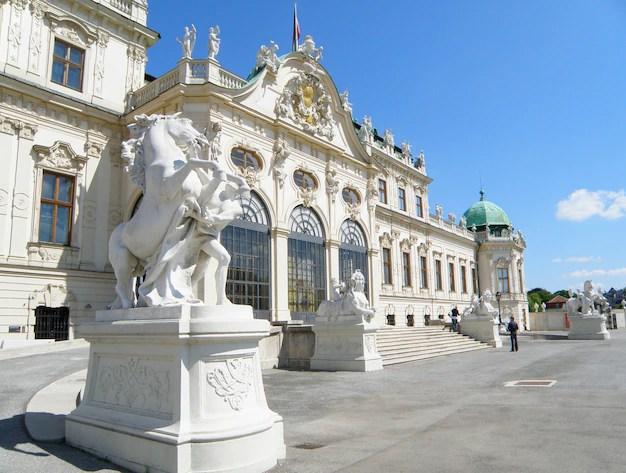 Impresionantes esculturas y fachada decorada de belvedere, viena ...