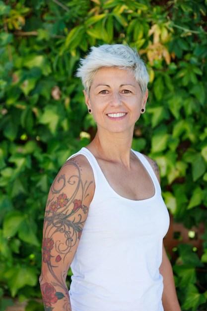 Mujer Con Tatuajes De Flores En El Brazo Descargar Fotos Premium
