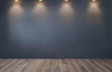 Pared gris oscuro con una fila de focos en una habitación vacía Foto Gratis