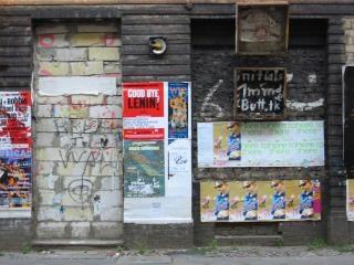 Pared sucia de carteles y graffiti  Descargar Fotos gratis