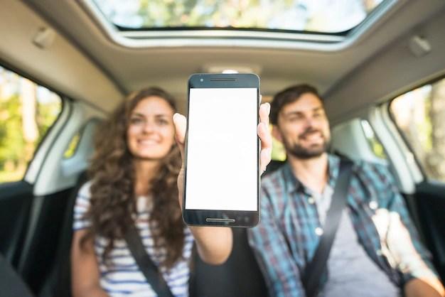 Pareja joven en un viaje por coche Foto gratis