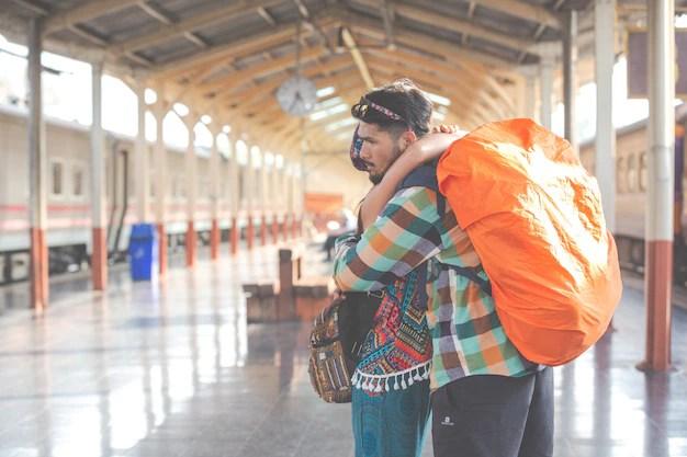 Los viajeros se aman mientras viajan. Foto gratis