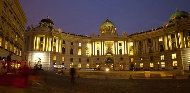 Vista nocturna palacio de hofburg. viena Foto gratis