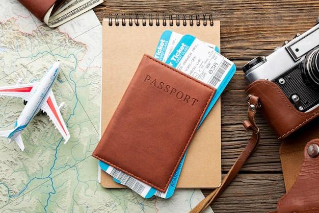 Vista superior del pasaporte con boletos aéreos Foto gratis