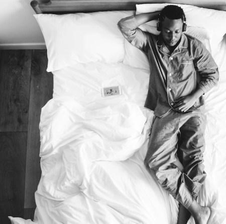 Risultati immagini per ascoltare musica a letto