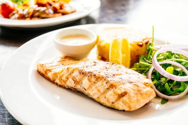 Prato com salada e filé de salmão