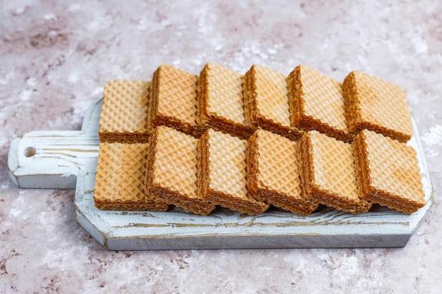 Bolachas recheadas do tipo Waffler em tábua de madeira