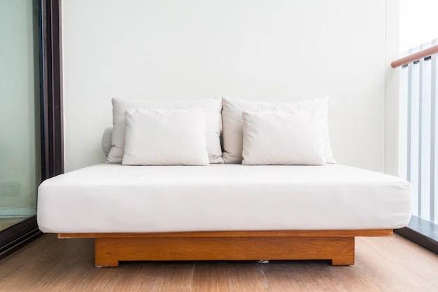 Cama de casal com almofadas brancas  Baixar fotos gratuitas