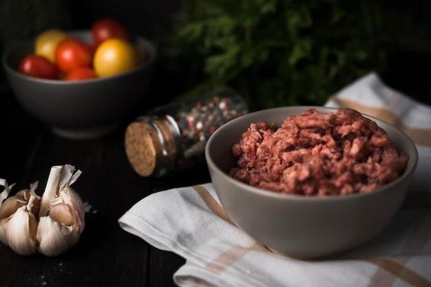 Carne picada em uma tigela com ingredientes