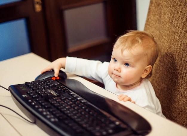 Criança pequena no computador