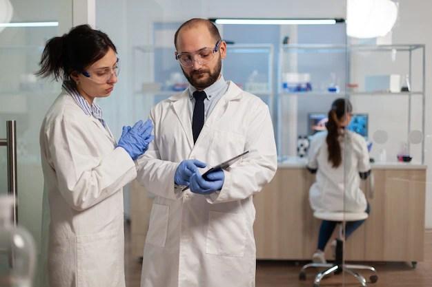 enfermeira-farmaceutica-explicando-ao-medico-o-desenvolvimento-da-vacina-em-um-laboratorio-moderno_482257-5636 AstraZeneca afirma que o coquetel anti-Covid-19 pode reduzir o risco de casos graves e morte