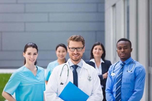 Equipe de médicos juntos nas instalações do hospital Foto gratuita