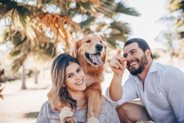 Família feliz com seu labrador retriever em dia ensolarado