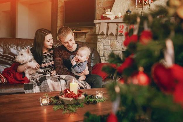 Famlia Feliz Sentado No Sof Com Uma Rvore De Natal Fora