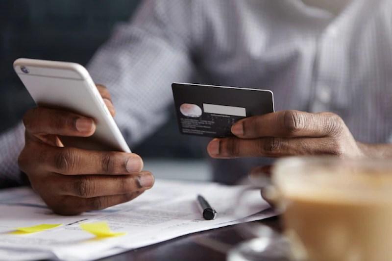 [na imagem um empresário pagando com cartão de crédito online | o guia do cartão de crédito