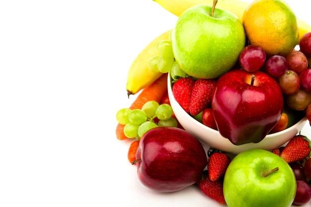 Frutas frescas em fundo branco