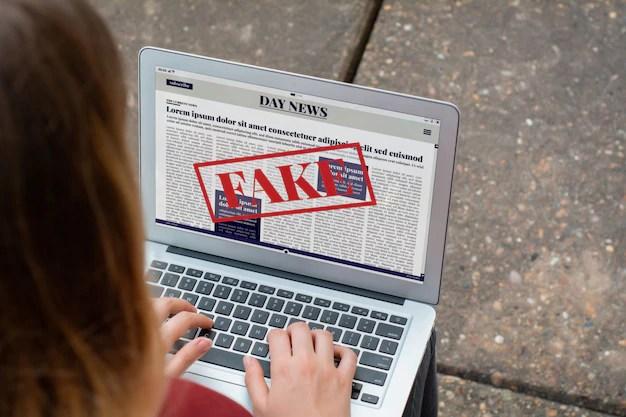 Jovem vendo notícias falsas no computador sobre coronavírus