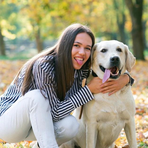 Jovem mulher com seu cachorro adorável