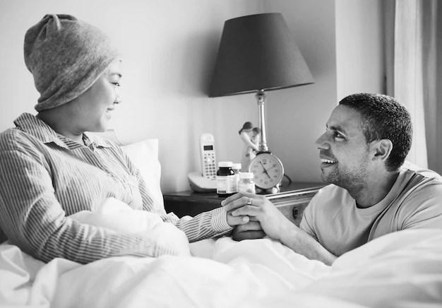 Marido apoiando uma esposa doente Foto gratuita