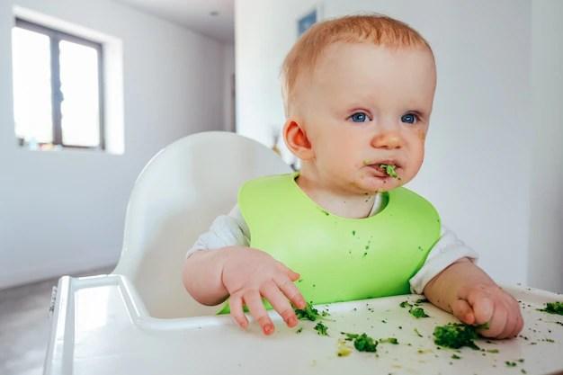Bebê comendo brócolis