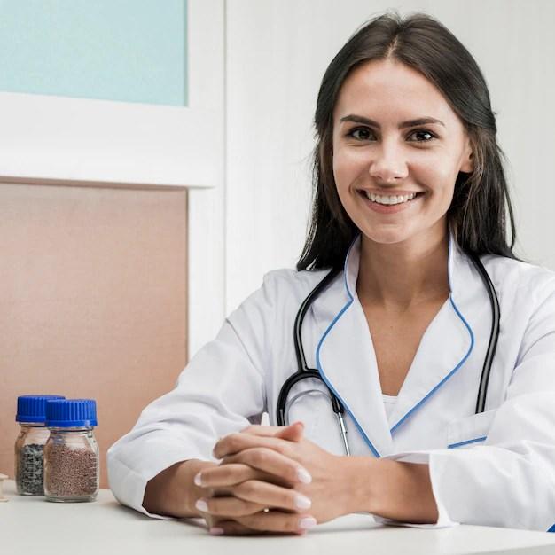 Médica sorrindo