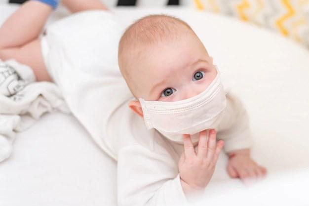 Bebê com máscara de proteção em quarentena devido ao novo Coronavírus