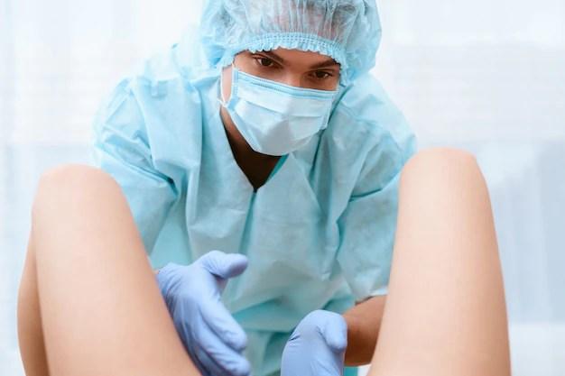 Médico obstetra durante trabalho de parto